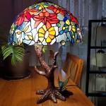 """Реальна фотографія Лампи Тіффані """"Танець метеликів"""" на столі"""